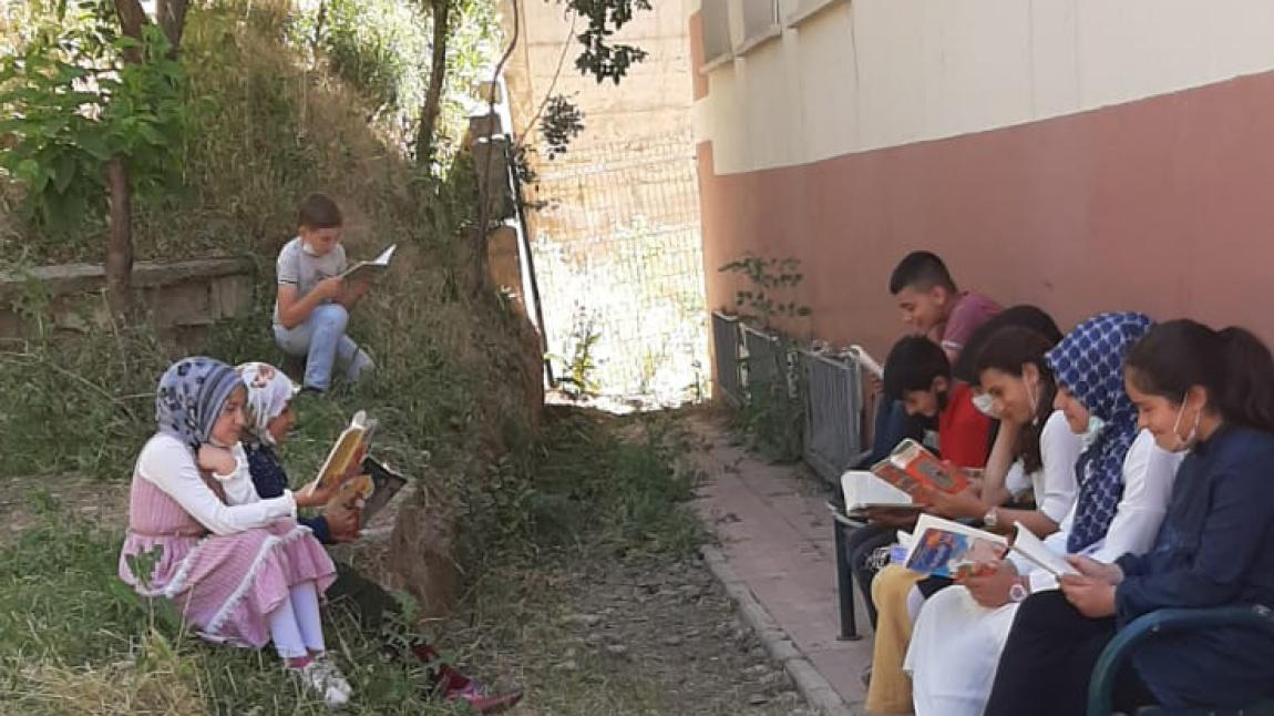 Öğrencilerimizin kitap okuma etkinliği...